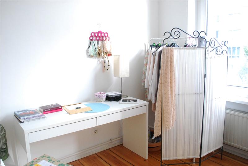new roomtour ein zimmer voller bilder. Black Bedroom Furniture Sets. Home Design Ideas